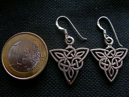 Zilveren (1ste gehalte sterling zilver 925) oorhangers met prachtig gedetailleerd keltische knoop of keltisch vlechtwerk in de vorm van een ...