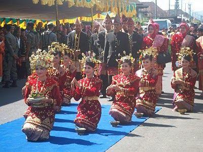 Moeseum Tari Lanan Belek Lanan Belek Dance Tarian Tradisional Provinsi Bengkulu Indonesia Tarian Ini Menceritakan Budaya Tarian Model Rambut Pengantin