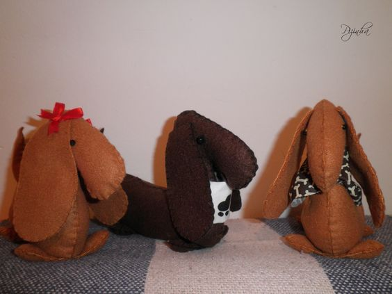 Cachorrinhos Basset feito à mão em Feltro, podendo ser usados como enfeite ou peso de porta.