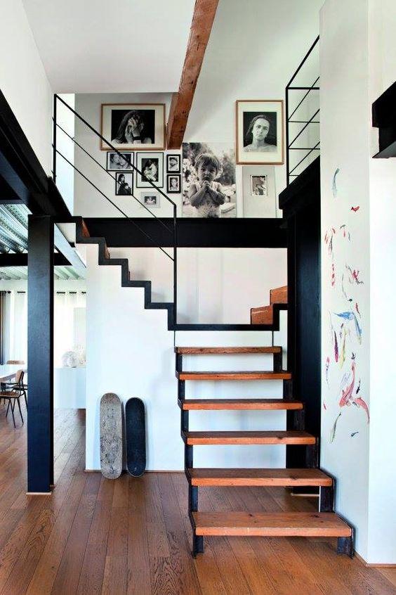 Escalier métallique fesser à une mezzanine