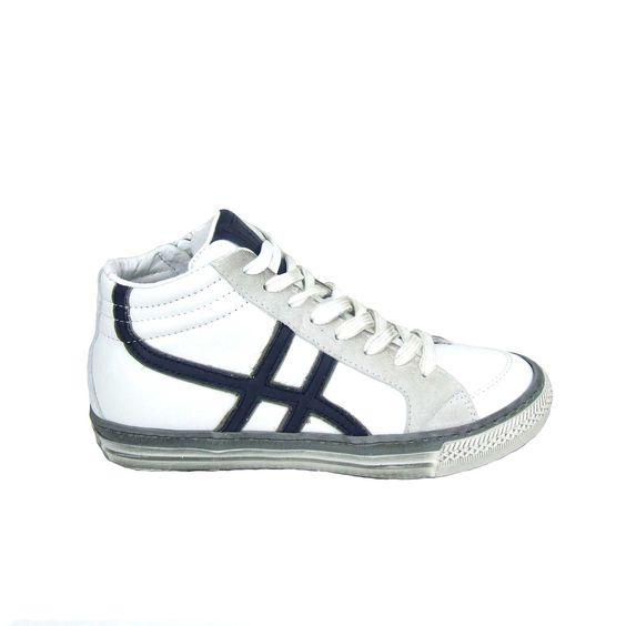 Fris wit zijn deze jongensschoenen van Pinocchio! Deze schoen is van glad leer afgewisseld met off white suede en donker blauwe banden. Deze schoenen zijn goed te stellen door de veter en snel aan en uit te trekken met behulp van de rits aan de binnenkant. Helemaal van leer zijn de Pinocchio boots met uitzondering van de vintage witte rubberen loopzool.