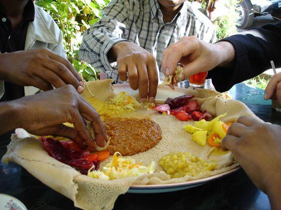 partager votre assiette, en Ethiopie on mangent tous du meme plat , on laissent la viande pour la fin.