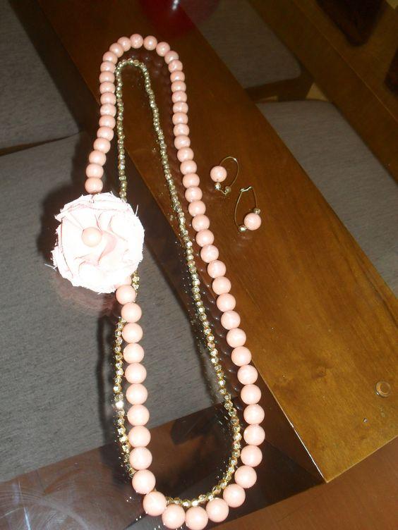Colar de perolas rosas com flor de pano, acompanha o brinco.