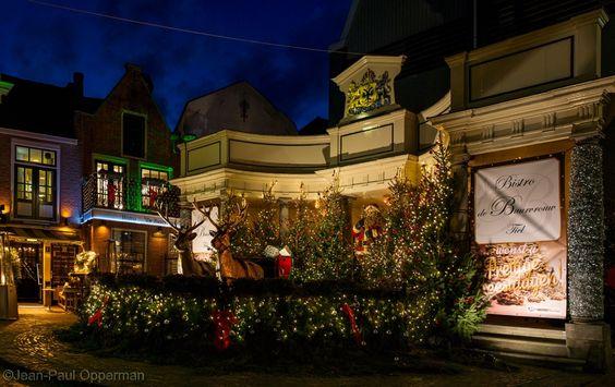 Het is weer een waar spektakel wat Bistro de Buurvrouw op de Vismarkt gemaakt heeft neergezet met vele kerstballen, kerstbomen, rendieren, een meer dan levensgrote Kerstman en met zilveren slingers ingepakte zuilen. Prachtig deze versiering, helemaal met de nog wat blauwe avond lucht op de achtergrond die zorgde dat alles netjes in het licht kwam te staan.
