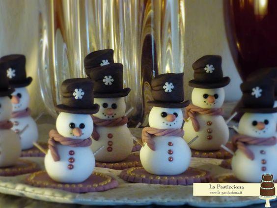 Pupazzi di neve in pasta di zuccheroo da usare come segnaposti www.la-pasticciona.it