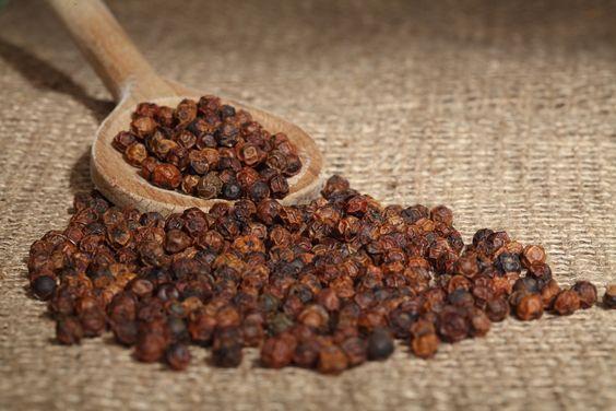 Roter Hennes' Finest Kampot Pfeffer verleiht Wild, Geflügel, Schwein und Fisch eine besondere, fruchtig-scharfe Note. Er eignet sich außerdem hervorragend als Dessertpfeffer und für Früchte wie Erdbeeren und reife Mangos.