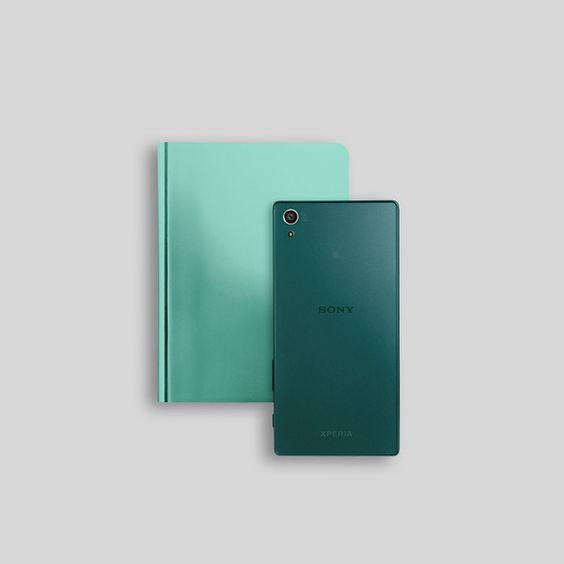 Metallic ist Trend. Die FARBGEFLÜSTER by Sony Edition bringt die Shiny Starlet Notizbücher in sieben neuen, metallisch-glänzenden Farben auf den Laufsteg. Passend zu den Notizbüchern, auf sechs Stück je Farbe limitiert, gibt es außerdem weitere Accessoires der FARBGEFLÜSTER by Sony Kollektion – für einen gelungenen Auftritt. Das Beste: Für das passende Smartphone der Xperia Z5 Serie liegt der Sonderedition ein Gutschein-Code bei.