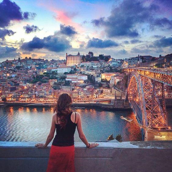 Las 30 fotos que harán que pierdas la cabeza por #Oporto   Via Condé Nast Traveler España   17.07.2014 - Buenos vinos, bacalao, mucha historia escondida tras cada azulejo, una gran belleza barroca y una frenética vida en torno a las aguas del Douro. Oporto tiene mucho de que presumir.   #Portugal