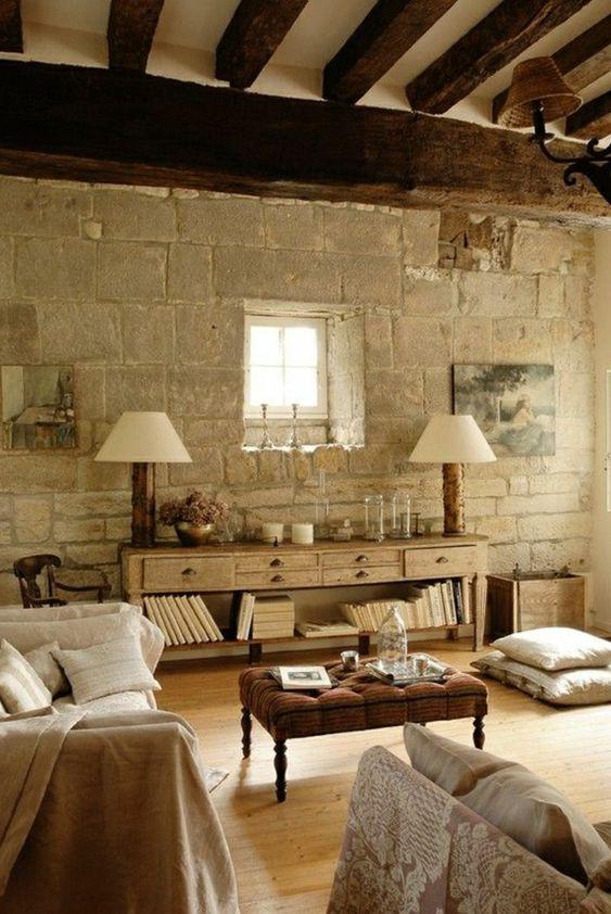un mur en pierre de parement intérieur pour le salon de style rustique
