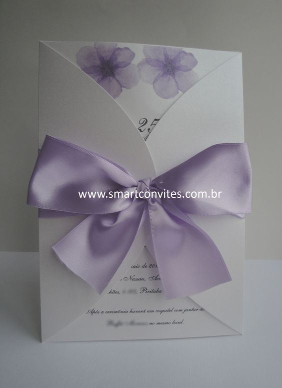 Convite Antônio e Roberta 16x23 cm, papel Aspen perolado, laço de fita lilás 38 mm.