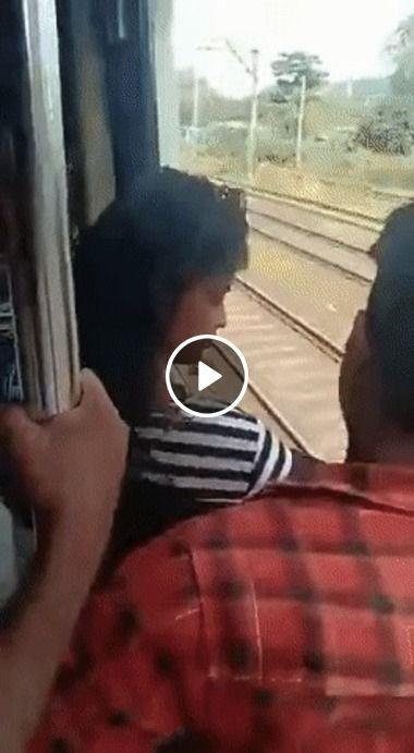Mulher quase cai do trem.