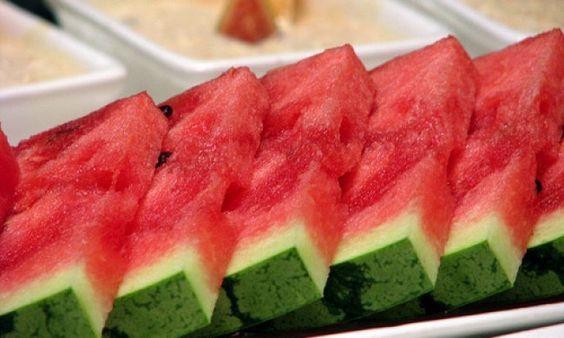 Kesehatan, Terpusat Media. Dikutip dari Wikipedia Indonesia, semangka atau tembikai yang memiliki nama ilmiah Citrullus lanatus yang juga merupakan suku ketimun-ketimunan adalah tanaman yang berasal dari daerah gurun di Afrika Selatan.