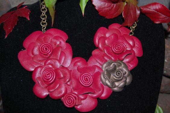 Collar de cuero en color grante con rosa en plata vieja.
