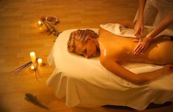 Wellness-Aromaölmassage Die optimale Hautpflege, wohltuend und entspannend. Sanfte Ganzkörpermassage mit hochwertigem Jojobaöl und Holunderblütenöl, Apfelblütenöl, Zitronenmelisse-Lavendelöl oder Fichtennadelöl. http://www.alpenblick-hotel.de/de/massagen