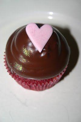 Red velvet muffins med frosting på toppen. Dansk opskrift