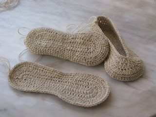 Slippers sole tutorial.  Language of the site is in Italian, but the pattern is in English.  Free pattern.