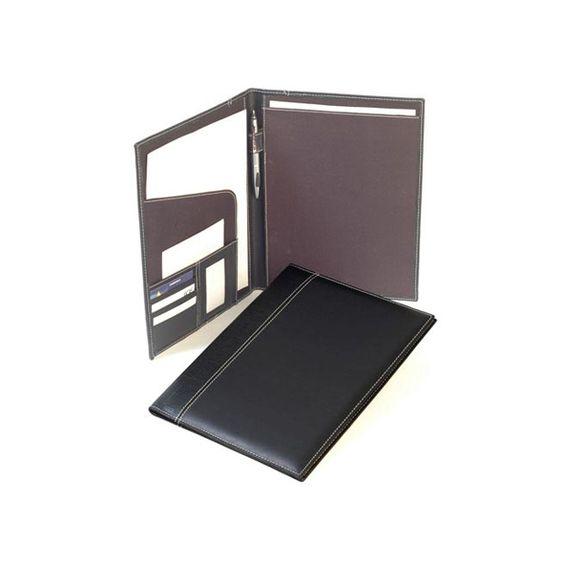 COD.CA002 Portfolio carpeta. Confeccionado en cuero ecológico. Color negro con pespunte blanco. Interior: porta lápiz, tarjetero, insertos. Medidas: 32 x 24 x 1 cms. Tamaño de la hoja: A4. (NO INCLUYE BLOCK DE NOTAS)