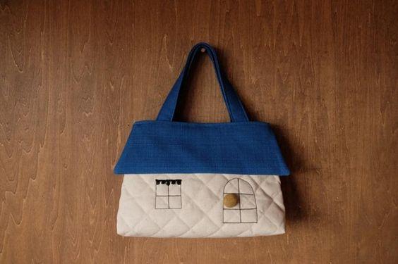 織り目の見えるきれいな落ち着いたブルーの屋根のおうち型バッグ(画像よりもおちついたブルーです。)普通のキルティングよりも堅めで張りのある堅め綿麻キルティングを...|ハンドメイド、手作り、手仕事品の通販・販売・購入ならCreema。