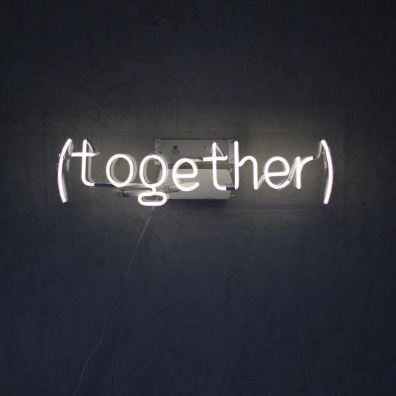Você sabia que a produção do neon é toda artesanal? É como uma obra de arte. O nosso personalizamos na @warehousehomedecor ✨ Quem também adora? #togetherisbetter #neonsignsbrasil: