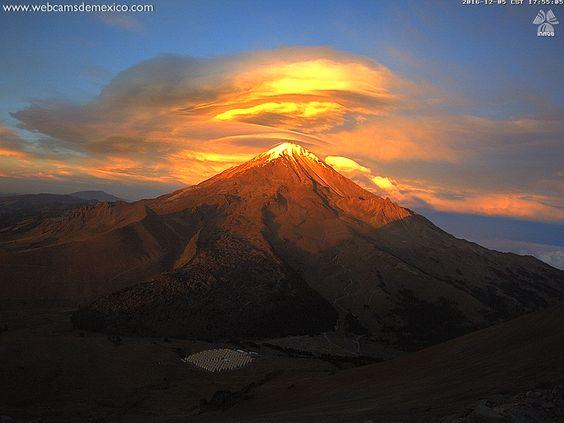 "Webcams de México en Twitter: ""#PostalDelDía. Sin duda, este paisaje donde doradas nubes lenticulares adornan esta tarde al Pico de Orizaba, qué belleza. Vía: @inaoe_mx https://t.co/MHZLsEUBA4"""