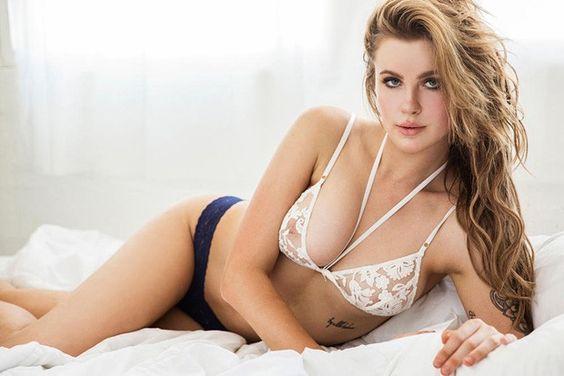 Ireland Baldwin mostra demais em ensaio com topless e sutiã transparente