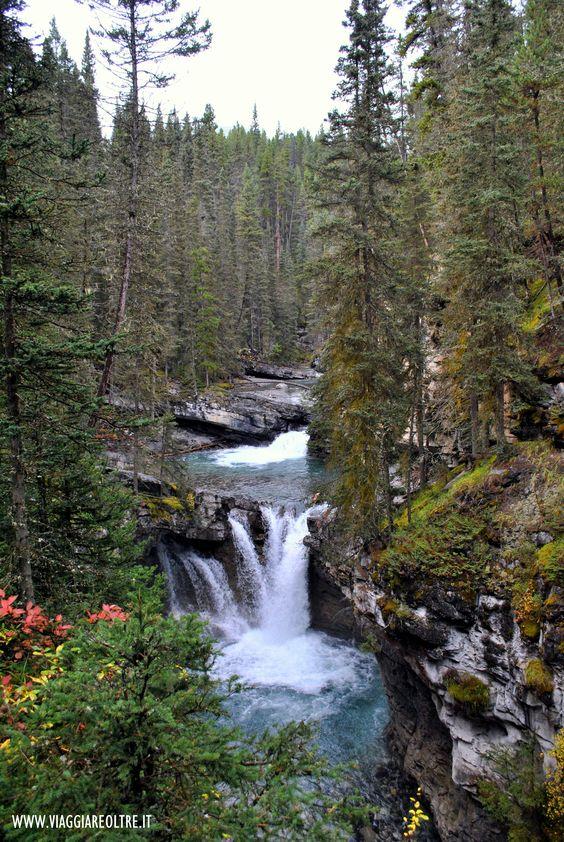 - #Canadaontheroad -   Una delle attrazioni che ci ha aperto i confini delle foreste canadesi: le #cascate del Johnston Canyon nel Banff National Park