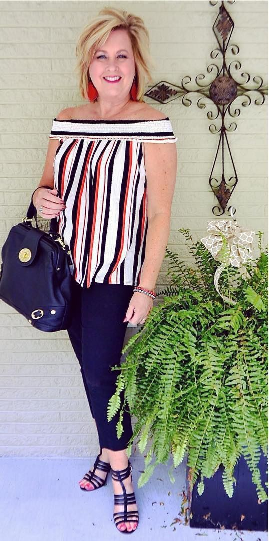 Mais uma blusa com decote ciganinha, mesclando verticais e horizontais. Lindo modelo. Essa é a Tanya, do blog 50 is not old. Ela tem razão, concorda?