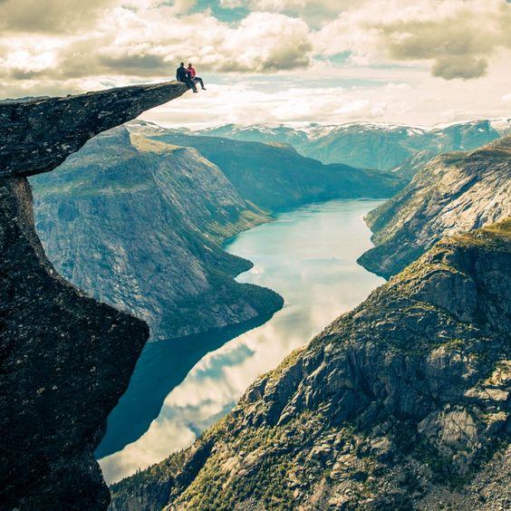 Trolltunga, le précipice le plus beau et le plus terrifiant du monde ! ✈ #VoyagerCpartager