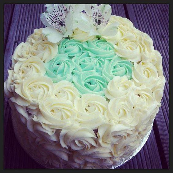 Soulfood LowCarberia   Low Carb Hochzeitstorte * LowCarb Wedding Cake    Farbmotto: Weiß & Türkies Vanilletorte mit ♥-Förmiger Schokoladenfüllung    Für 20 Personen    *Zuckerfrei  *LowCarb  *Glutenfrei  *Sojafrei  *Hefefrei   Soulfood LowCarberia  LowCarbWeddingCake #SoulfoodlowCarberia #LowCarb #LowCarb Wedding Cake #Sugarfree #Glutenfree #zuckerfrei #glutenfrei