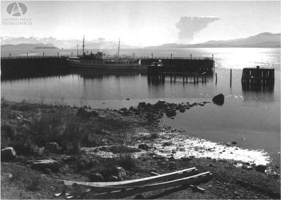 Erupción del Volcan Puyehue desde el Muelle de Bariloche, 22.5.1960 (Col Lagos en Archivo Visual Patagónico)
