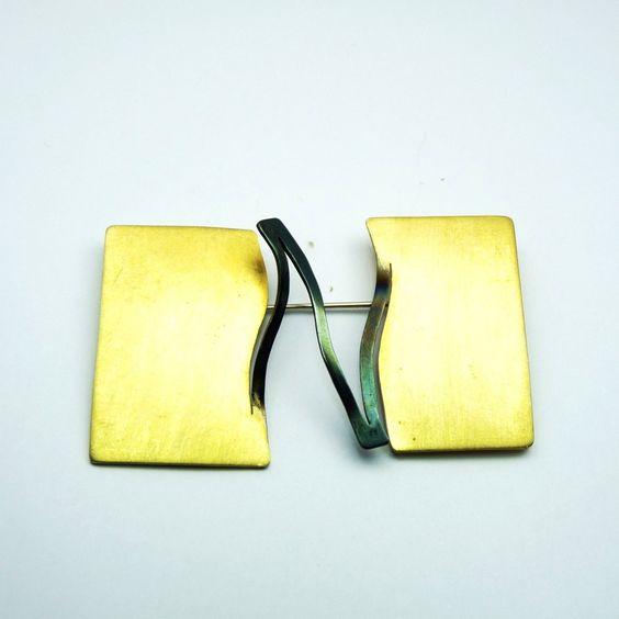 ITHACA - brooch/spilla in oro rettangolare dell'artista Despina Pantazopoulou: