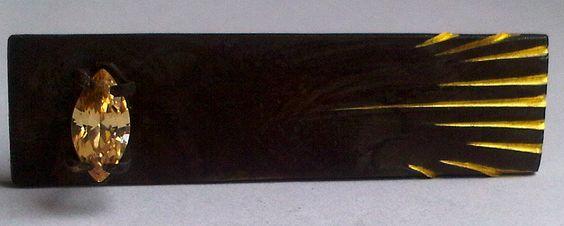 Anillo en bronce con acabado en pátina, engaste de circónia color champagne corte marquiz de 9 x 4 mm.