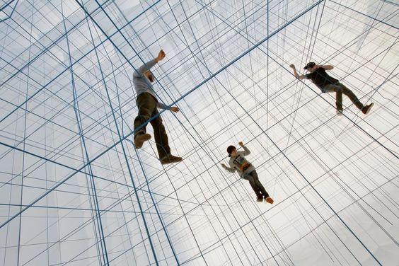 Instalación inflable de cuerdas dispuestas en cuadrícula en 3D.