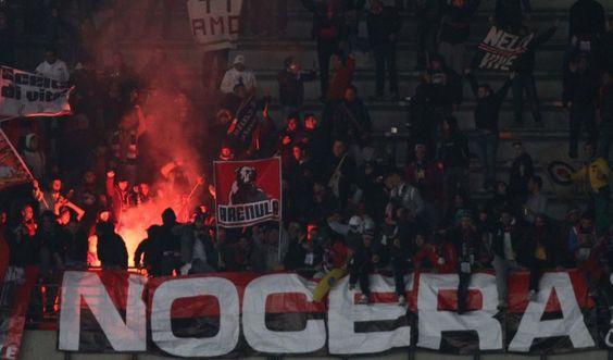 Después del polémico partido farsa de hace 3 meses atrás, Nocerina no tiene más el apoyo de sus hinchas. Viaje dentro de la ciudad de la cual todos están enfermos por el fútbol y ahora disertan en el estadio.