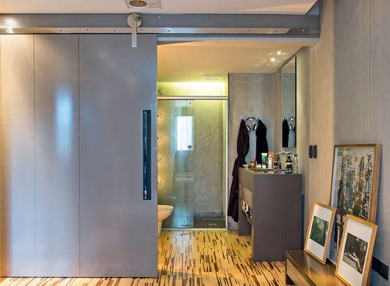 Apartamento com decór neutro, boa iluminação e sistema de som caprichado