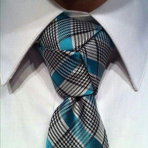 Acá dejo para ustedes este hermoso nudo de corbata poco común pero muy elegante y distinguido!