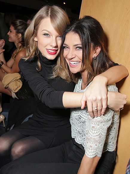¡Dos bellezas juntas! Taylor Swift y Jessica Szohr en la premiere de 'That Awkward Moment' en  L.A.