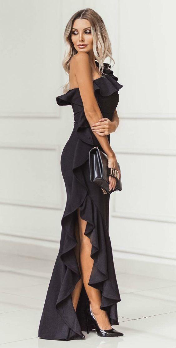 Scarpin: como aproveitar esse coringa em infinitos looks.  Vestido preto de um ombro só preto com babados e fenda lateral, scarpin preto