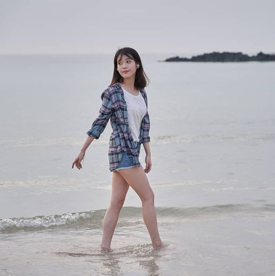 IU海岸を歩くかわいい姿
