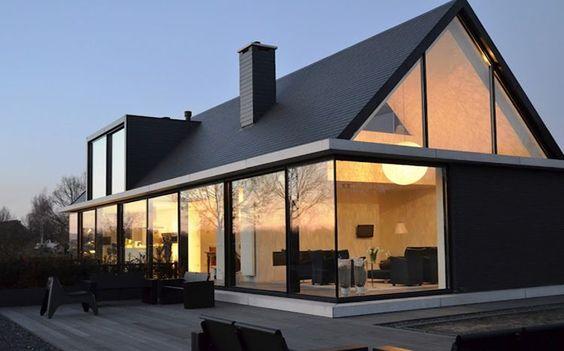 """Hofman Dujardin Architects I Villa Geldrop   Hofman Dujardin Architects    Excelente manera de integrat techi dos aguas con paredes de vidrio usando una """"plancha"""" paralela a la base de la casa. Esa plancha extendida puede tambien ser cielo raso y/o aleron de galeria."""