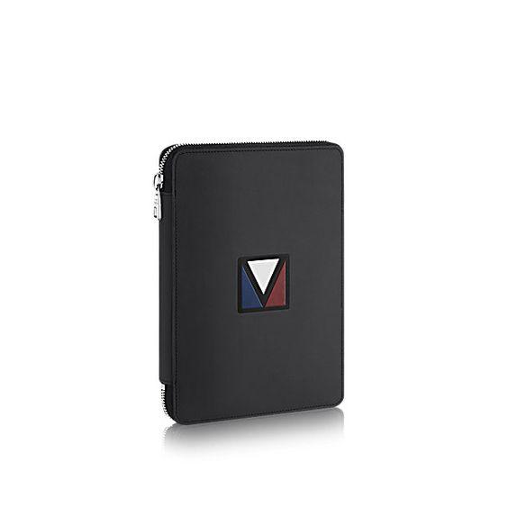 Découvrez l'incontournable Life Organizer  Présentant un design profilé, l'agenda Life peut s'accommoder de tous les essentiels de l'homme actif. Il peut contenir de nombreuses cartes de crédit, un passeport dans la poche V, des billets, des reçus et un iPadmini dans la poche extérieure zippée, laquelle est compacte tout en étant accessible.
