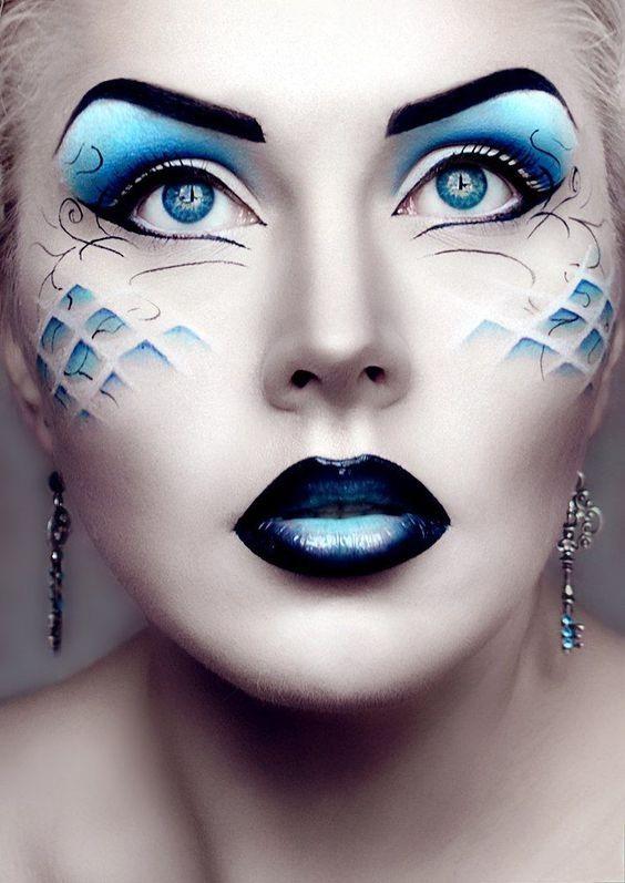 Pensativa e ilusionadaLa belleza de esta joven nos recuerda la mirada de una gata, la frialdad del hielo y el movimiento del mar, maquillada con tonos azulados en ojos y pómulos, además de lucir llamativos labios 'Metalic blue', unos pendientes a...