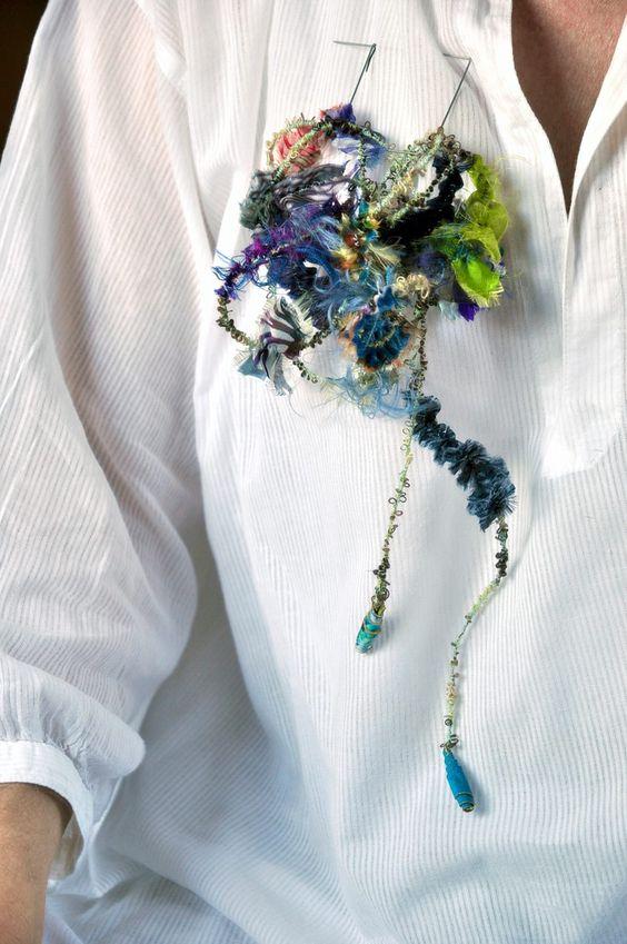 """Les """"Links"""" d'Isabelle Molénat se portent maintenant aussi en broches grâce à une attache en acier sur laquelle on fixe le link. Un 5-en-1 donc désormais: collier, bracelet, headband, ceinture... et broche! Bonne journée à tous. Photos: Isabelle Molénat"""