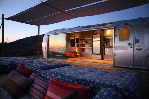 Un bellissimo Airstream Caravan per un campeggio chic