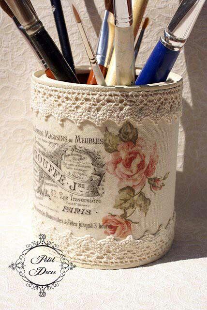 Pour transformer un pot tout простой en un joli pot Потертый шик, коллажи vieille gravure et dentelle sont de mise.
