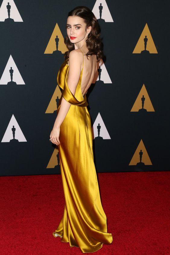 Lily Collins en robe de soirée or dos nu