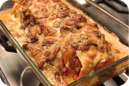 Op dit eetdagboek kookblog : Rollade met Ham en Kaas en Champignonsaus - Ingrediënten: 1 rollade, ham, kaas, 250 gram champignons, 250 ml kookroom, zout, peper, Aantal personen: 4 Verwarm de oven voor op 200 graden. Bak de rolla