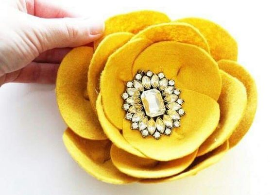 flor fieltro amarillo 1