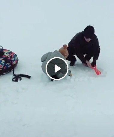 Pai vence o filho em guerra de bolinhas de neve.