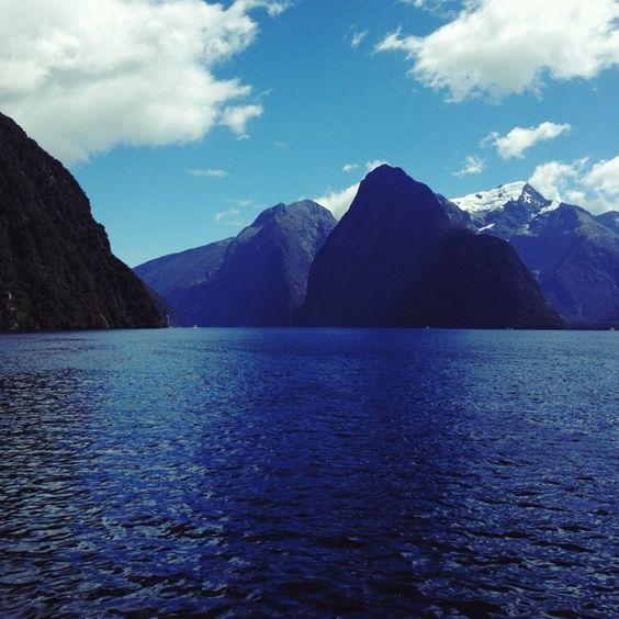 Milford Sound, Fjordland, Neuseeland #newzealand #landscape #mountains #southisland #fjord #blue #water #sea
